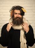 Inconformista del hombre en las hojas de otoño en bufanda Foto de archivo libre de regalías