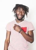 Inconformista elegante del muchacho afroamericano hermoso joven que gesticula emocional aislado en el fondo blanco que sonríe, fo Imagen de archivo libre de regalías
