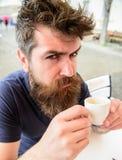 Inconformista en el café de consumición de la cara estricta seria al aire libre Concepto del descanso para tomar café El hombre c Imagen de archivo libre de regalías