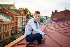 Inconformista feliz al borde del tejado Imagen de archivo libre de regalías