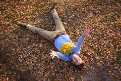 Inconformista feliz que miente en parque del otoño Fotos de archivo libres de regalías
