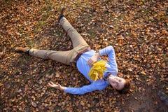 Inconformista feliz que miente en parque del otoño Fotografía de archivo