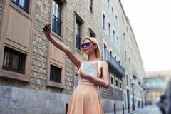 Inconformista femenino elegante que toma una imagen de sí misma en el teléfono elegante Foto de archivo libre de regalías