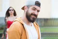 Inconformista fresco Hombre brutal con la barba y el bigote largos Moda de la calle del inconformista Individuo atractivo delante foto de archivo