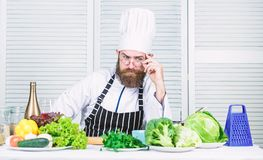 Inconformista hermoso del cocinero Consiga listo Cocinero barbudo del hombre que consigue listo cocinando el plato delicioso Coci foto de archivo libre de regalías