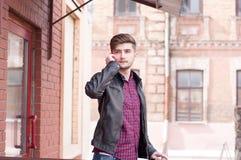 Inconformista hermoso en la chaqueta de cuero Imagenes de archivo