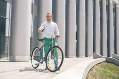 Inconformista hermoso que disfruta de paseo de la ciudad en bicicleta Foto de archivo libre de regalías