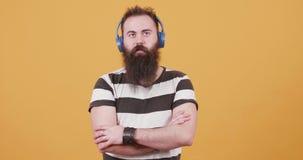 Inconformista joven barbudo que escucha la música y que goza de él almacen de video