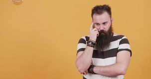 Inconformista joven barbudo que piensa en una idea ingeniosa y las luces de bulbo para arriba almacen de metraje de vídeo