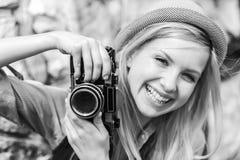 Inconformista joven con la cámara retra de la foto Foto de archivo