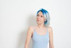 Inconformista joven pensativo adolescente con el pelo azul Imagen de archivo