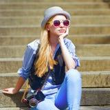 Inconformista joven que se sienta en las escaleras al aire libre Fotos de archivo libres de regalías