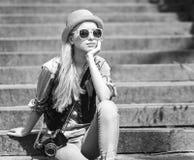 Inconformista joven que se sienta en las escaleras al aire libre Fotos de archivo