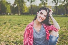 Inconformista lindo Omán que se sienta en el prado verde Fotografía de archivo libre de regalías