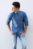 Inconformista masculino en la camisa azul que mira lejos Foto de archivo libre de regalías
