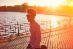 Inconformista masculino negro joven rizado el día del otoño Imágenes de archivo libres de regalías