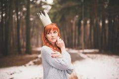 Inconformista Muchacha redheaded de la foto con una corona de papel en su cabeza Imagenes de archivo