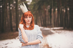 Inconformista Muchacha redheaded de la foto con una corona de papel en su cabeza Fotografía de archivo libre de regalías