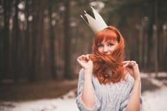 Inconformista Muchacha redheaded de la foto con una corona de papel en su cabeza Fotos de archivo