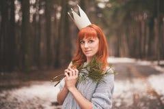 Inconformista Muchacha redheaded de la foto con una corona de papel en su cabeza Imagen de archivo