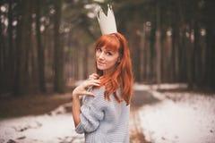 Inconformista Muchacha redheaded de la foto con una corona de papel en su cabeza Imágenes de archivo libres de regalías