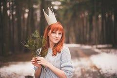 Inconformista Muchacha redheaded de la foto con una corona de papel en su cabeza Fotos de archivo libres de regalías
