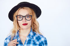 Inconformista Nerdy de la moda que lleva un sombrero y una camisa azul Fotografía de archivo libre de regalías