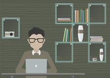 Inconformista, programador Working y el estudiar en el escritorio del lugar de trabajo con el ordenador portátil Ejemplo plano de Imagenes de archivo