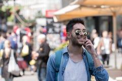 Inconformista que habla en el teléfono celular Imagenes de archivo