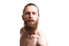 Inconformista que lleva una barba larga en el fondo blanco Imagen de archivo