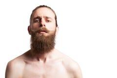 Inconformista que lleva una barba larga en el fondo blanco Fotos de archivo libres de regalías