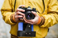 Inconformista que sostiene la cámara de la película del oldschool Fotografía de archivo libre de regalías