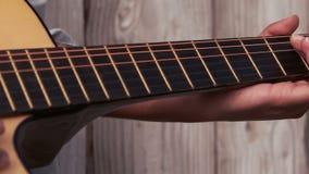 Inconformista que toca la guitarra contra la cerca de madera almacen de video