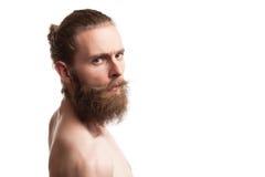 Inconformista tatuado barbudo en el fondo blanco Fotografía de archivo