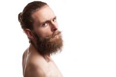 Inconformista tatuado barbudo en el fondo blanco Imágenes de archivo libres de regalías