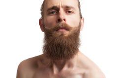 Inconformista tatuado barbudo en el fondo blanco Fotos de archivo
