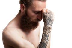 Inconformista tatuado barbudo fresco en el fondo blanco Imagenes de archivo