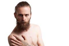 Inconformista tatuado barbudo fresco en el fondo blanco Fotografía de archivo