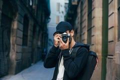 Inconformista turístico con la cámara adentro en el centro de la ciudad Fotos de archivo