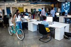Inconformistas con la bicicleta imagen de archivo libre de regalías