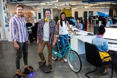Inconformistas con la bicicleta, el patín y el tablero elegante imagen de archivo libre de regalías
