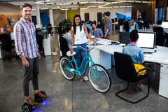 Inconformistas con la bicicleta y tablero elegante foto de archivo