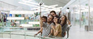 Inconformistas en la alameda de compras que toma Selfie Fotografía de archivo libre de regalías