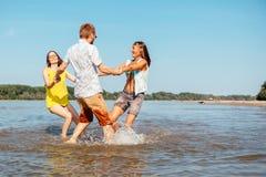 Inconformistas en la playa Fotos de archivo libres de regalías