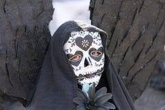 Inconnu avec le costume noir d'ange Images stock