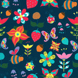 Inconsútil floral con la mariposa, la abeja, la mariquita y la fresa libre illustration