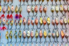 Incontable de señuelos pesqueros coloridos del metal fotos de archivo libres de regalías