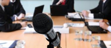incontrando microfono   Immagine Stock Libera da Diritti