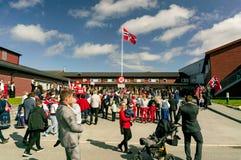Incontrandosi davanti alla casa del ` s della gente anziana, norvegese tradizionale co Fotografia Stock Libera da Diritti