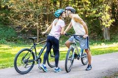 Incontrandosi nel parco Ciclisti il concetto di riciclaggio e di un healt Immagine Stock